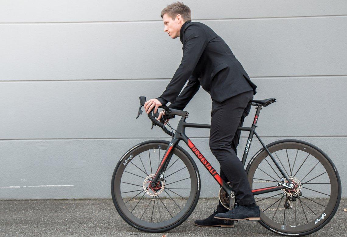 Als Inspiration für das Design diente Haute Couture mit schlichten, edlen Zügen. Daher kommt die Basis der Lightweight EDELSTOFF Kollektion in elegantem Schwarz in Schwarz.