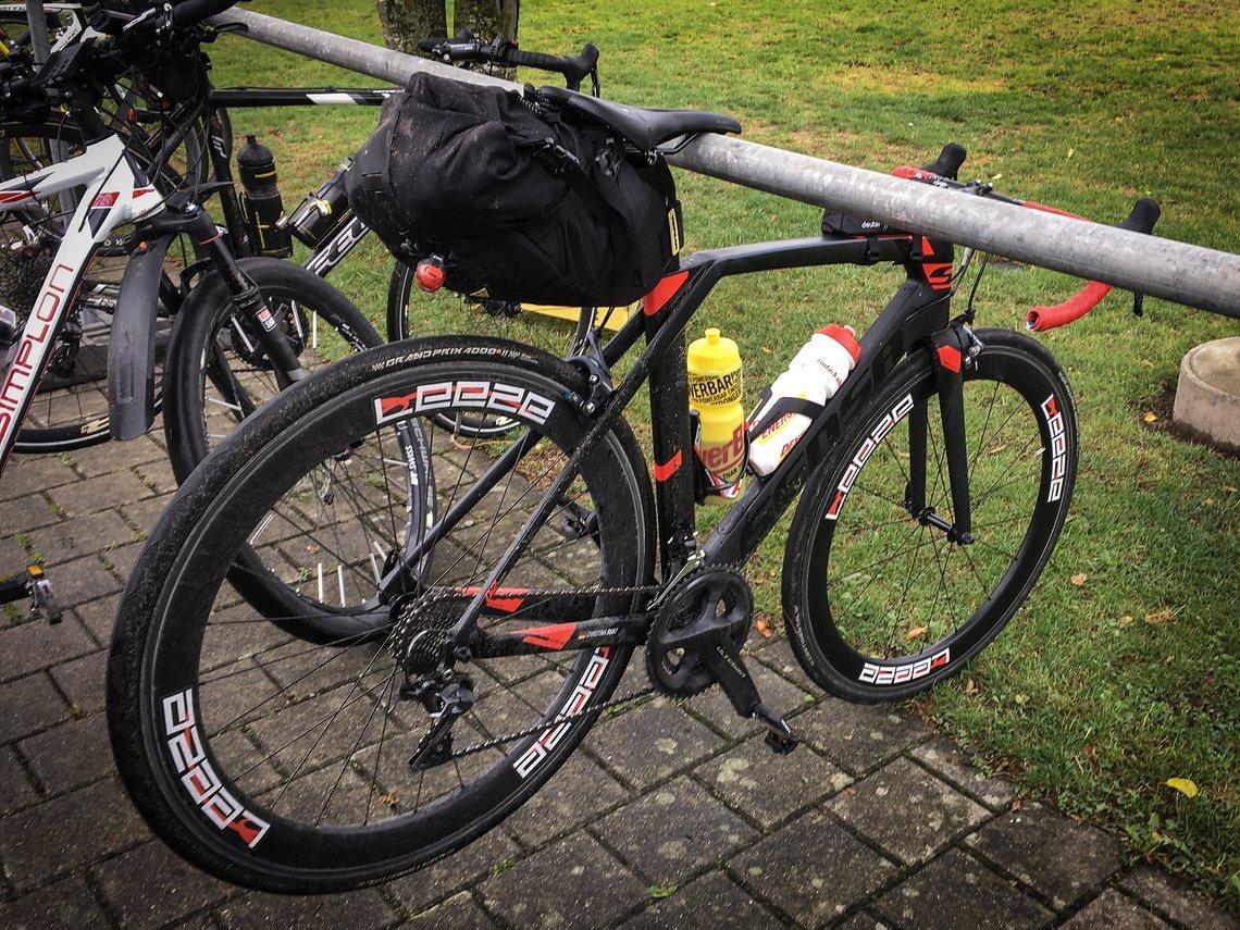 Das Teamrad mit Schlechtwetter-Ausrüstung