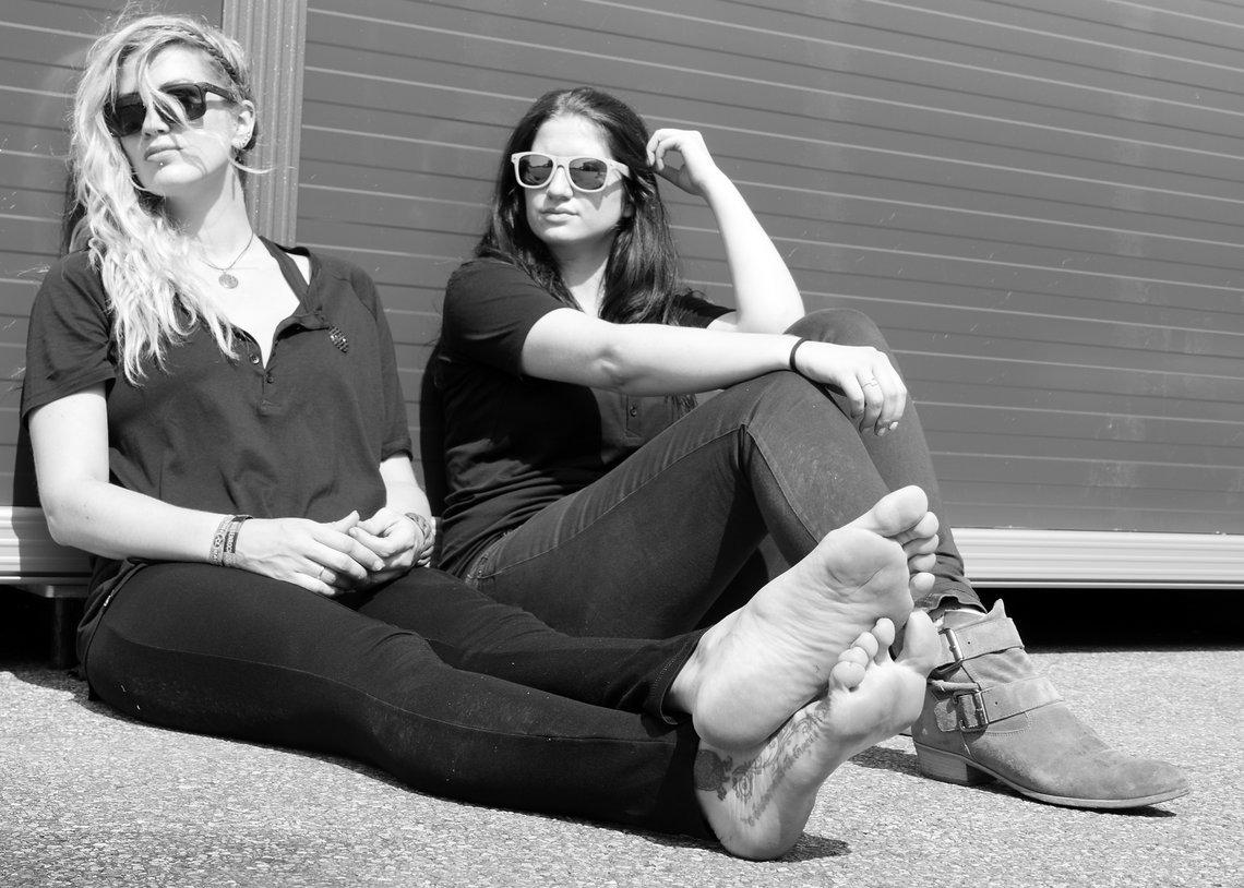 Die kreativen Köpfe von Lightweight EDELSTOFF: Katharina Schneider (l) und Isabell Wissler (r).