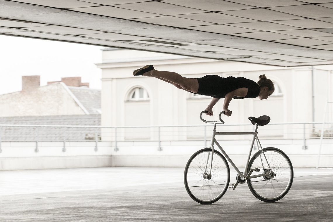Die Kunstradfahrerin Viola Brand trägt das von Karen Jessen redesignte Ausstellungsobjekt.