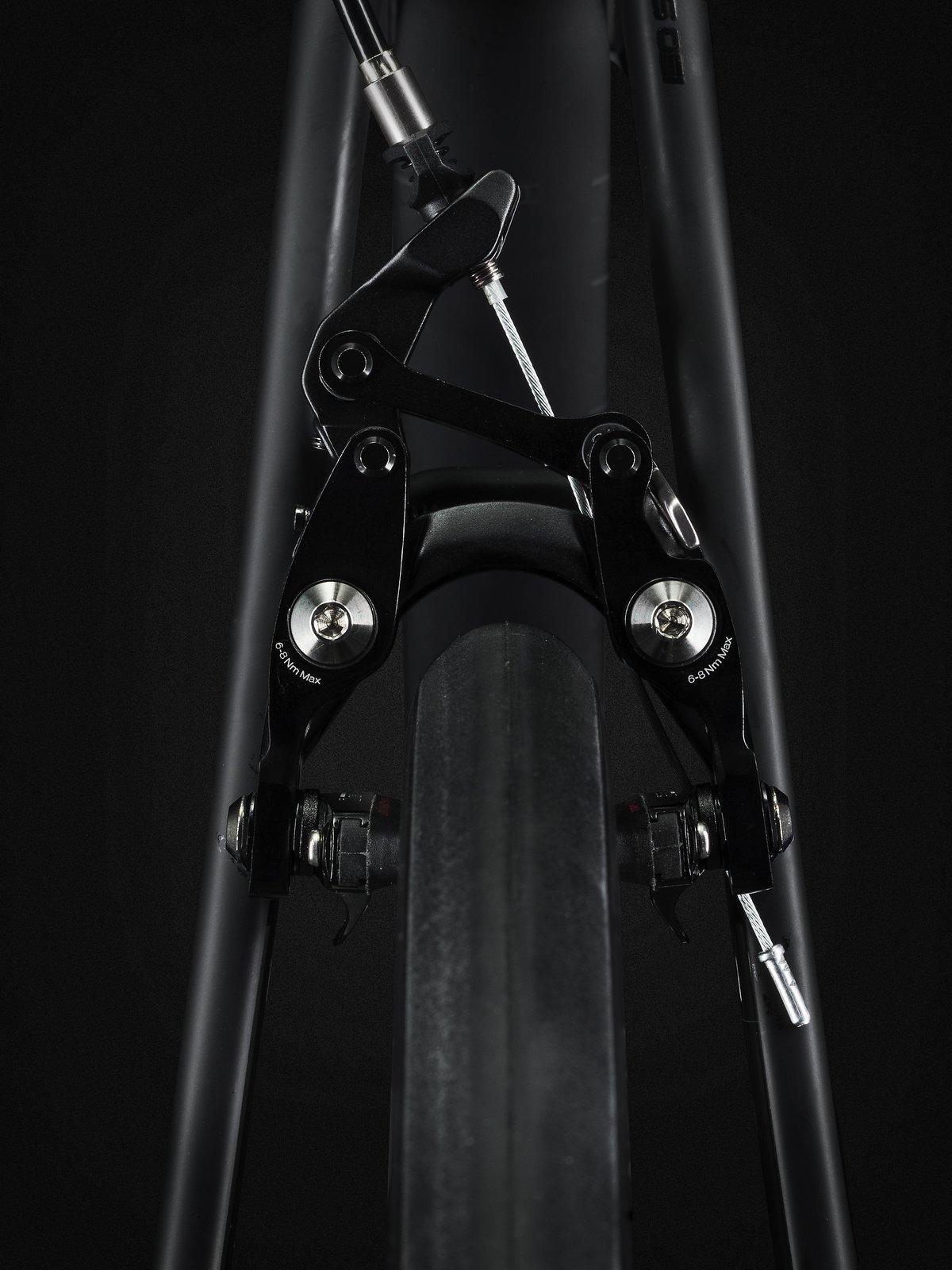 Die von Bontrager entwickelten Bremsen lassen eine Reifendicke von bis zu 28 Millimeter zu. Wer mit Scheibenbremsen entschleunigen möchte, kann sogar auf 32mm Reifen cruisen.