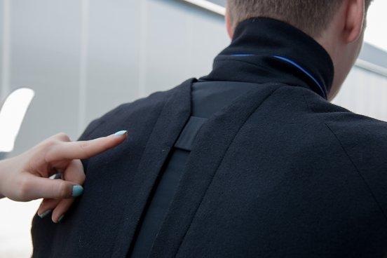 Das Stretchinlay zwischen den Schulter soll eine sportliche Fahrposition auf dem Weg ins Büro garantieren. In den Kragen und in den Schoß sind dezente, blaue Reflektoren eingearbeitet.
