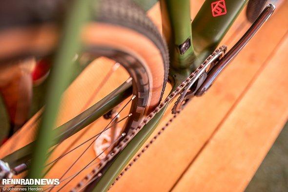 Durchlauf am Hinterbau mit 28-Zoll-Reifen