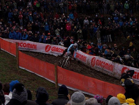 Wout van Aert verliert in der Abfahrt die Balance...