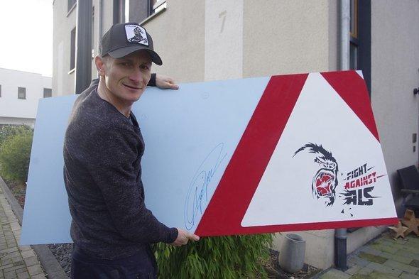 Andrè Greipel mit dem signierten veloMöbel