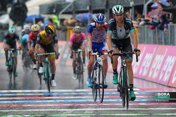 Davide Formolo fährt als 2. über die Ziellinie