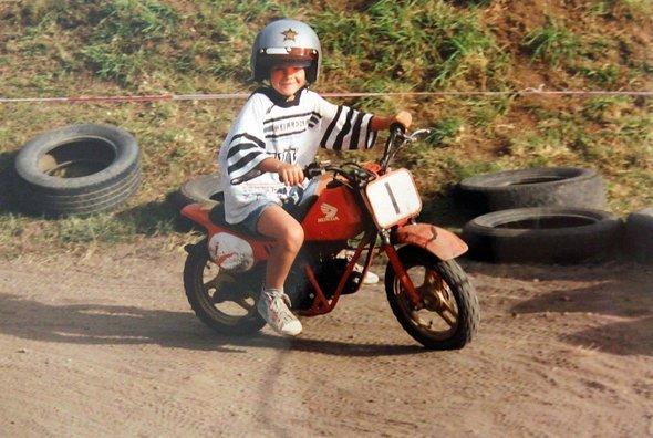 Max hat zwar seit Jahren einen Führerschein, saß aber seit der Prüfung nicht mehr auf einem Motorrad.
